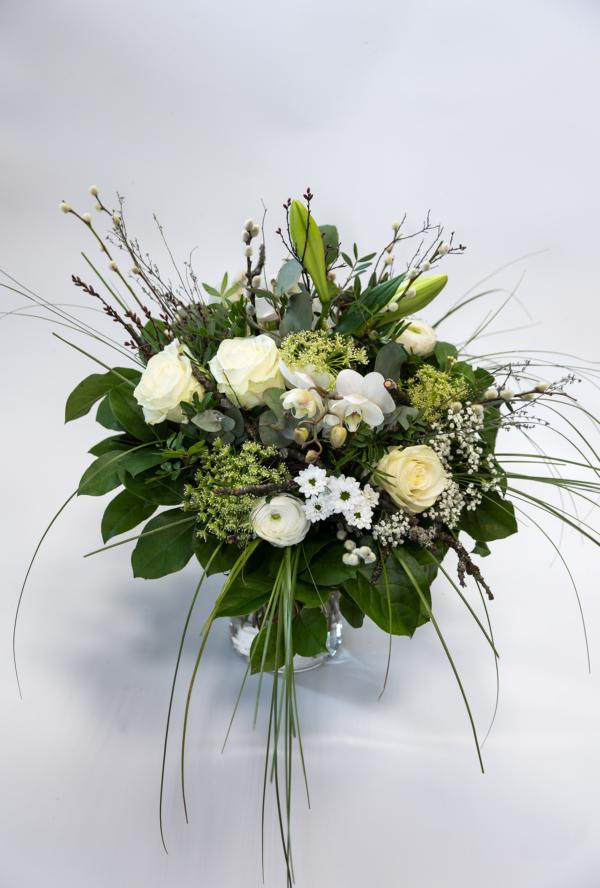 Dekorativer Blumenstrauß mit Rosen, Orchideen, Santini und Schleierkraut, Grün.