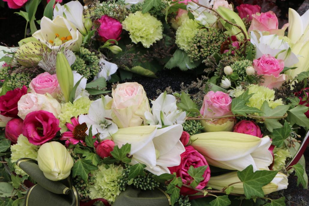 Edler Blumenkranz nach einer Beisetzung am Friedhof